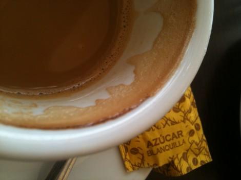 Bildausschnitt : eine Tasse Café con leche mit Azucar ist zu sehen.