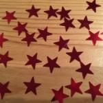 Auf dem Bild sind viele kleine, rote Sterne zu sehen.