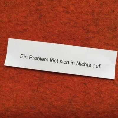 Glückskeks auf dem steht: Ein Problem löst sich in Nichts auf - mit einem falschen, großgeschriebenen Nichts.