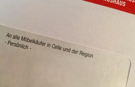 Auf dem Bild ist ein Umschlag eines Mailings mit einer richtig unpersönlichen Adresse abgebildet: an alle Möbelkäufer in Celle und der Region persönlich