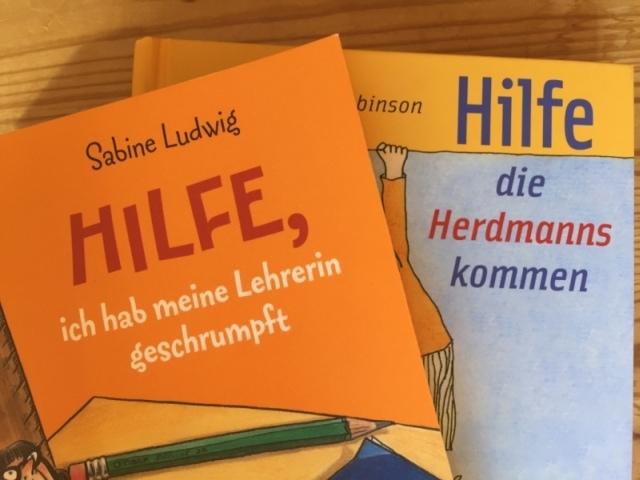 """Auf dem Bild sind zwei Bücher zu sehen, bei denen der Ausruf """"Hilfe"""" einmal mit, einmal ohne Komma steht."""