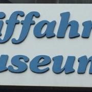 """Schild, auf dem Schifffahrtsmusum in alter Rechtschreibung mit zwei """"f"""" zu lesen ist"""