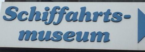 """Schild, auf dem Schifffahrtsmuseum in alter Rechtschreibung mit zwei """"f"""" zu lesen ist"""