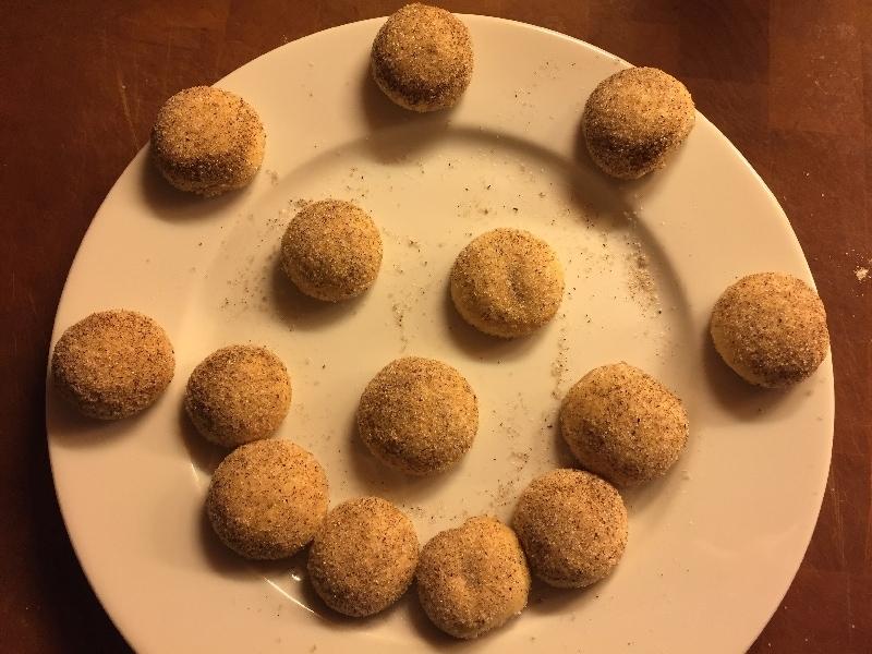 Gebackene Vanillekugeln - nach einem Vanillekipferlrezept - sind hier zu sehen.