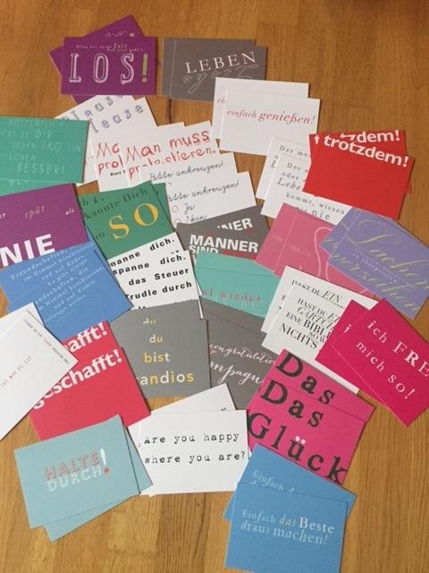 Auf dem Bild sieht man gut 50 Postkarten mit unterschiedlichen Motiven