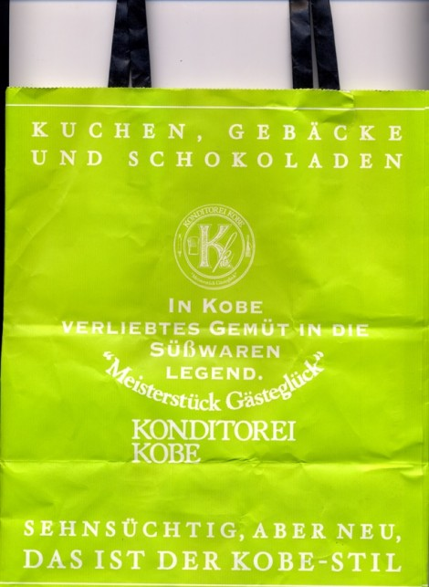 Auf dem Foto ist eine Tasche aus der japanischen Stadt Kobe zu sehen, die ganz in deutscher Sprache beschriftest ist