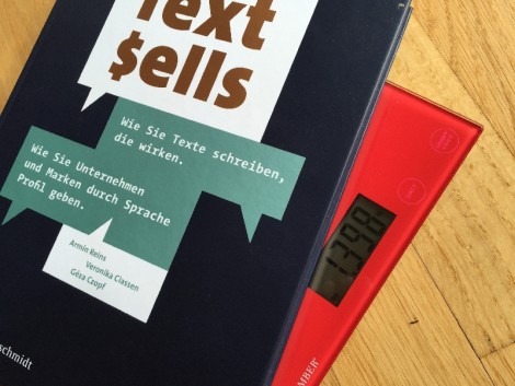 """Auf dem Bild ist das Buch """"Text sells"""" zu sehen, das auf einer Waage liegt."""