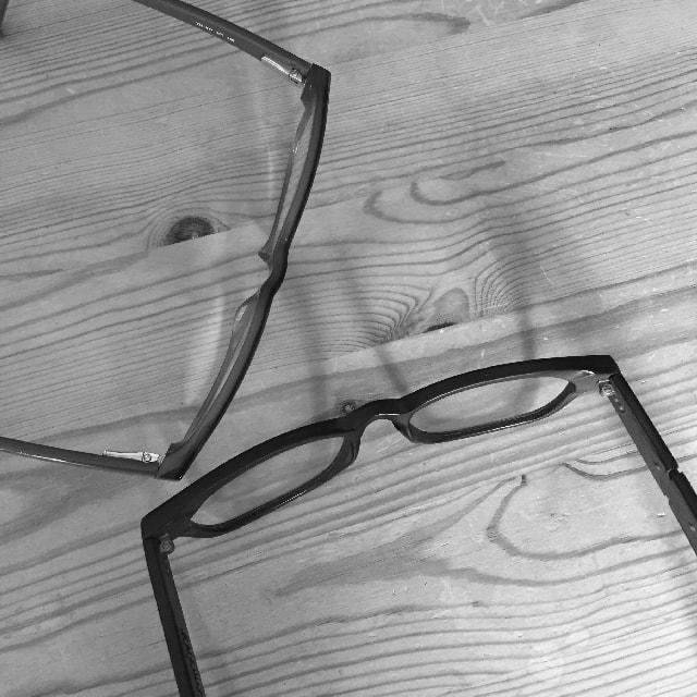 Auf dem Bild ist eine Gleitsicht- und eine Computerbrille zu sehen, weil die Augen mit der Zeit einfach schlechter werden.