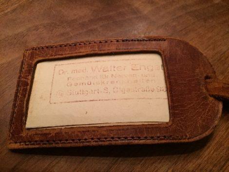 Auf dem Bild ist ein alter Kofferanhänger zu sehen, der Koffer gehörte einem Facharzt für Nerven- und Gemütskrankheiten