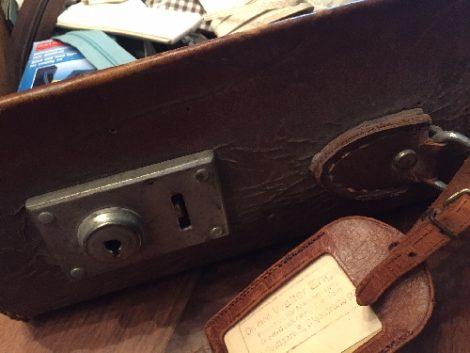 Auf dem Bild ist ein alter Koffer zu sehen, der als mein Nähkästchen dient.