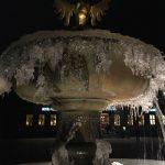 Auf dem Bild ist ein Brunnen zu sehen, dessen Wasser festgefroren ist - es war superkalt. Grund genug, über superkalt und das Präfix nachzudenken.