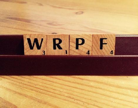 """Auf dem Bild sind Scrabble-Buchstaben zu sehen, die das Fantasiewort """"WRPF"""" bilden."""