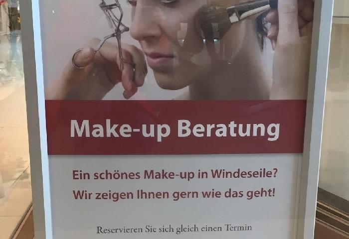 """Auf dem Foto ist ein Schild für eine """"Make-up Beratung"""" zu sehen, in dem in vier Zeilen drei Fehler sind."""