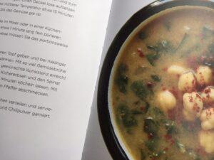 """Auf dem Bild ist eine Seite des Buches """"Suppen für Syrien"""" zu sehen."""