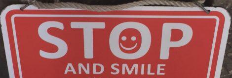 Auf dem Schild steht Stop and Smile, das Motto meiner Sommerfrische.