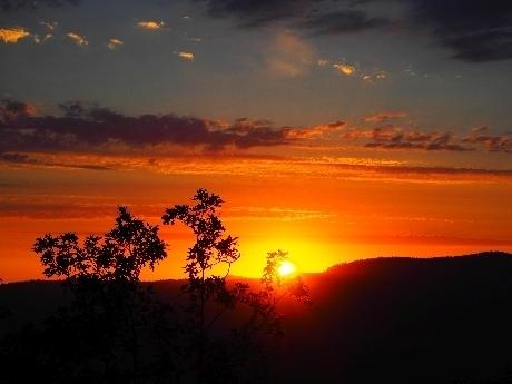 Das Foto zeigt einen Sonnenuntergang, ein beliebtes Motiv zum Fernträumen.