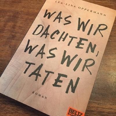 Auf dem Foto ist das Cover von dem Buch Was wir dachten, was wir taten zu sehen.