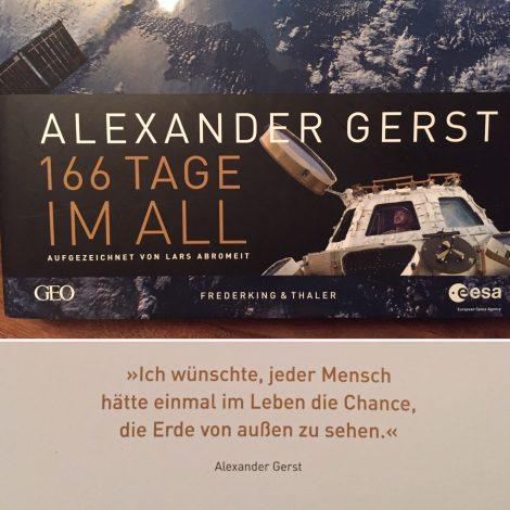 """Auf dem Bild ist das Cover von """"166 Tage im All"""" und ein wichtiger Satz von Alexander Gerst zu sehen: """"Ich wünschte, jeder Mensch hätte einmal im Leben die Chance, die Erde von außen zu sehen."""""""