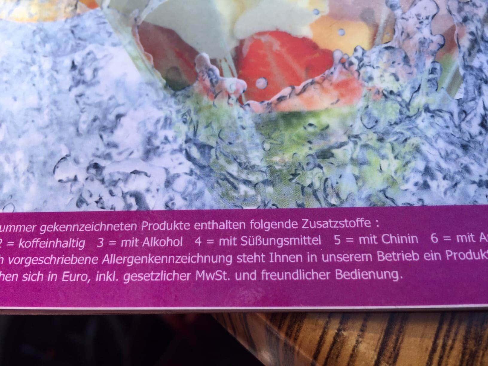 Ausschnitt aus einer Speisekarte, auf der steht: inklusive Mehrwertsteuer und freundlicher Bedienung