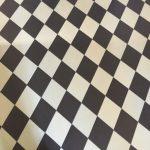 Als Illustrierung ist ein schwarz-weiß karierter Kachelboden zu sehen.