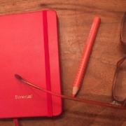 Der neue Kalender für 19, mein Lieblingsstift und meine Brille sind zu sehen.