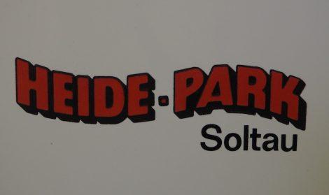 Schilde auf dem Heide-Park mit Bindestrich steht