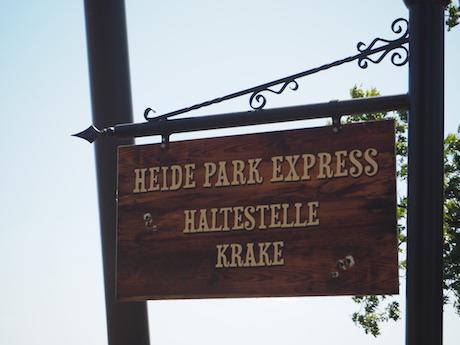 """Schild, auf dem """"Heide Park Express"""" falsch steht, die Bindestriche dazwischen fehlen"""
