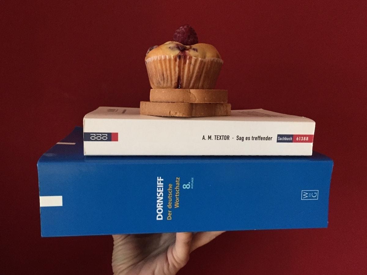 Zwei Bücher sind auf dem Bild zu sehen, die bildhaftes Texten unterstützen: von Dornseiff und A. M. Textor