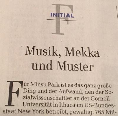 Die Überschrift auf dem Foto lautet: Musik, Mekka und Muster und ist ein Beispiel für eine Wortspielerei. Konkret ist das eine Alliteration.