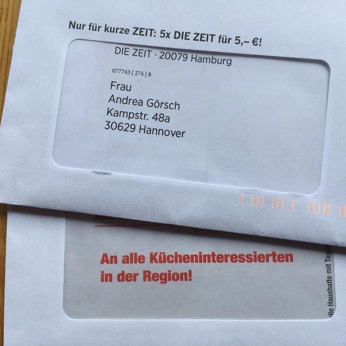 Auf dem Foto ist ein Mailing mit Adresse, eines mit allgemeiner Ansprache zu sehen.